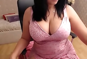 Huge tits milf showing the brush wing pink flaps on cam